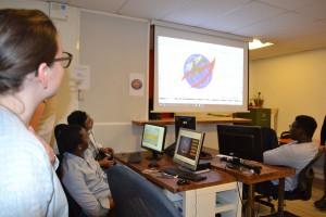 Marie-Julie, directrice artistique de Colombbus, conseille les participants sur les logos produits